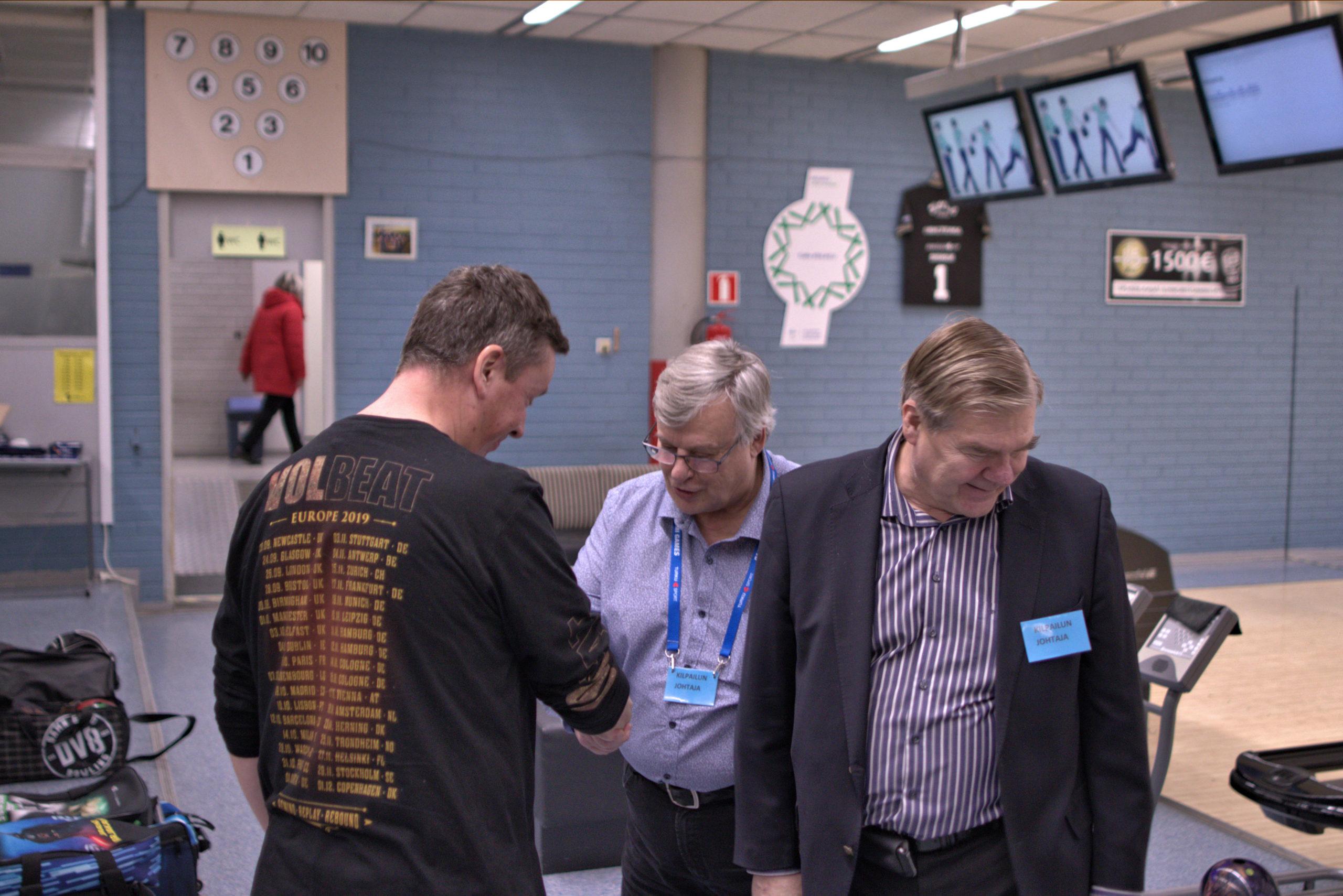 Paras neljä kisaa Kai Hilden saa palkintonsa. Matti Backholm ja Kari Kuttila.